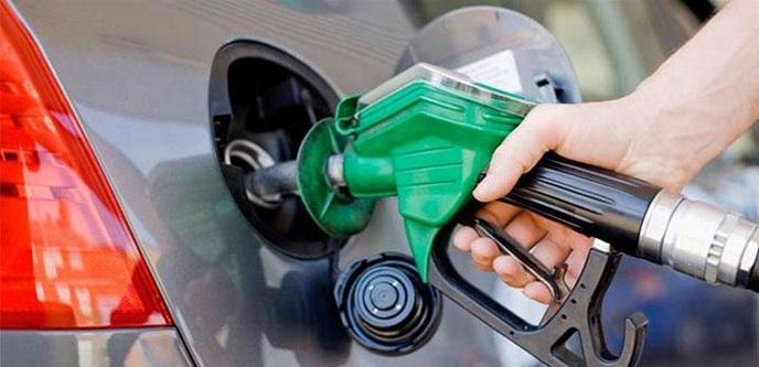 نفاذ مادة البنزين في بعض محطات الوقود فها هي ازمة جديدة تطل براسها عنوانها نفاذ مادة البنزين. فقد علقت معظم اصحاب محطات الوقود في عدد من المناطق خراطيمها