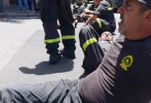 Photo of عناصر ومتطوعي الدفاع المدني قطعوا الطريق أمام وزارة الداخلية