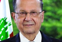 Photo of فيديو :  لبنانيون ينزعون صورة رئيس الجمهورية و يدوسون عليها