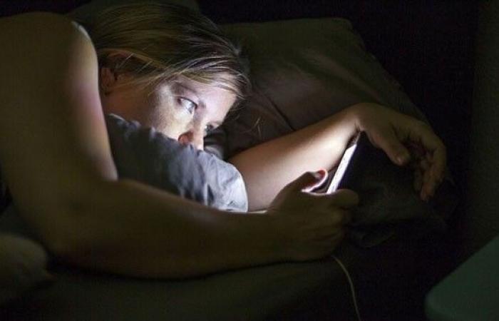 Photo of إستخدام الهاتف في السرير ليلاً يسبب سرطان الأمعاء
