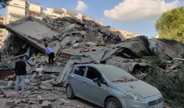 Photo of بالفيديو: زلزال يضرب إزمير التركية ومنازل تهبط بقاطنيها!