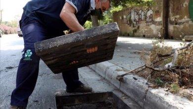 Photo of زياد أبي شاكر، يستبدال أغطية شبكة الصرف المسروقة بأغطية من البلاستيك